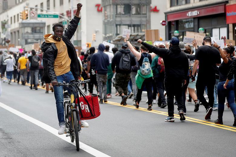 Protestocular 1 Haziran'da Manhattan'da yürüdü. REUTERS / Mike Segar
