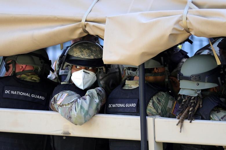 Bir Washington DC Ulusal Muhafız üyesi, 1 Haziran Washington'daki Beyaz Saray'daki West Executive Drive boyunca sürerken askeri bir araçtan bakıyor. REUTERS / Tom Brenner