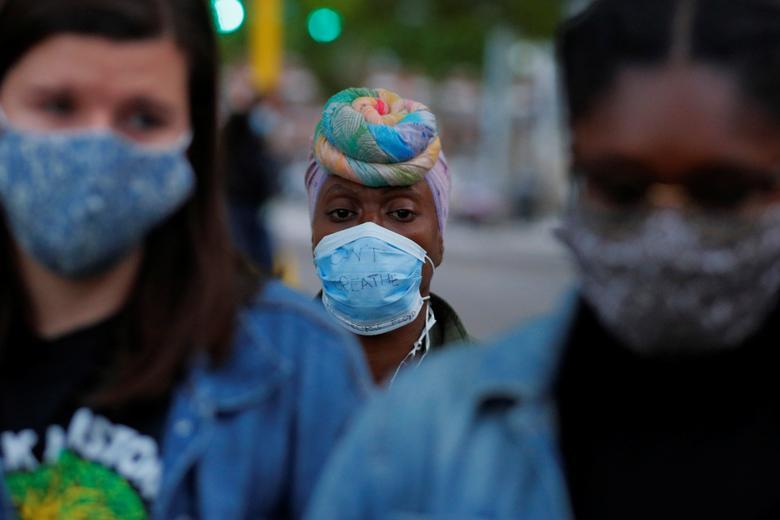 """""""Nefes Alamıyorum"""" maskesi takan Lakisha Hayes, Boston'daki Peygamber Direniş Boston grubu ile inanç liderleri tarafından yönetilen dokuz dakikalık bir dua sırasında diz çöküyor, 1 Haziran. REUTERS / Brian Snyder"""