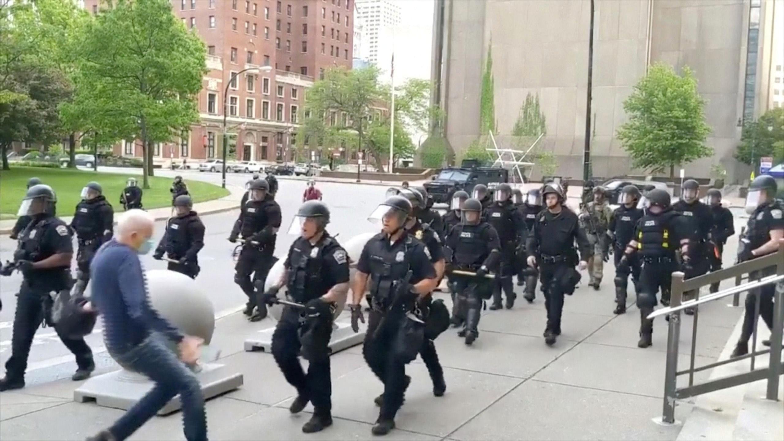 Des policiers de Buffalo quittent l'unité pour protester contre la suspension de leurs collègues: des informations
