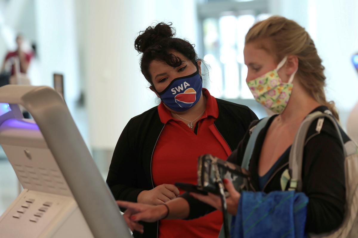 U.S. airlines threaten to ban passengers who refuse to wear masks