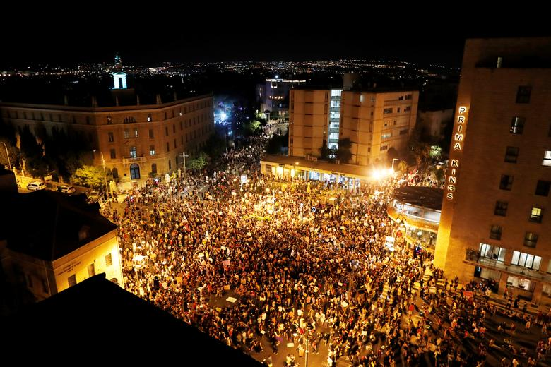 A general view shows a protest against Israeli Prime Minister Benjamin Netanyahu's alleged corruption and his government's handling of the coronavirus crisis, near his residence in Jerusalem July 25, <span dir=