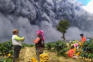 Indonesia volcano spews huge ash cloud into the sky