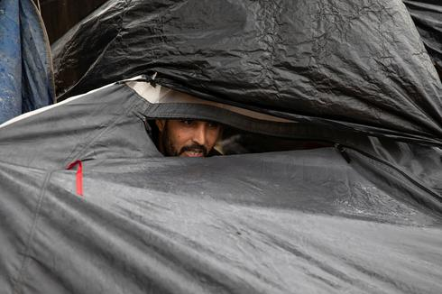 Migrants pitch tents in Serbia, prepare to cross into EU states