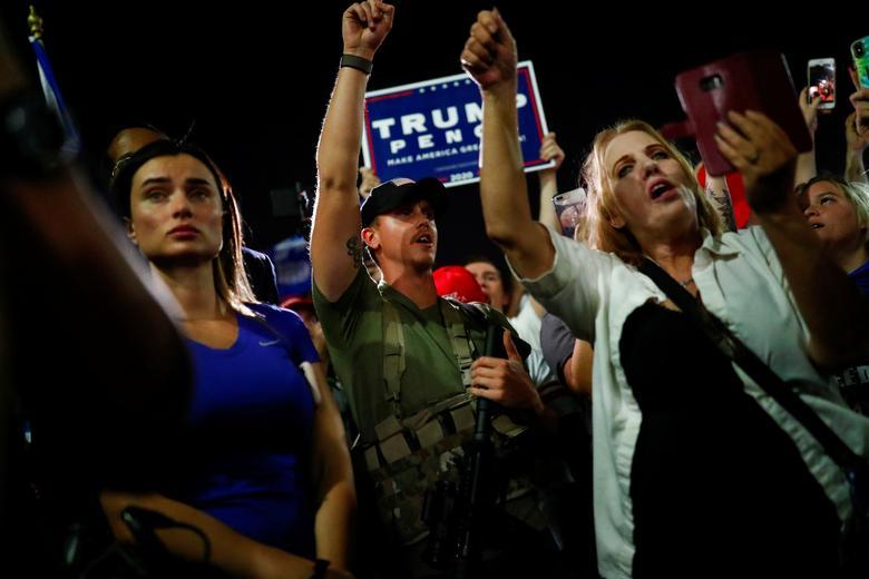 Donald Trump destekçileri, 4 Kasım 2020, Phoenix, Arizona'da 2020 başkanlık seçimlerinin erken sonuçlarını protesto etmek için Maricopa İlçe Tabülasyon ve Seçim Merkezi'nin (MCTEC) önünde toplandılar. REUTERS / Edgard Garrido