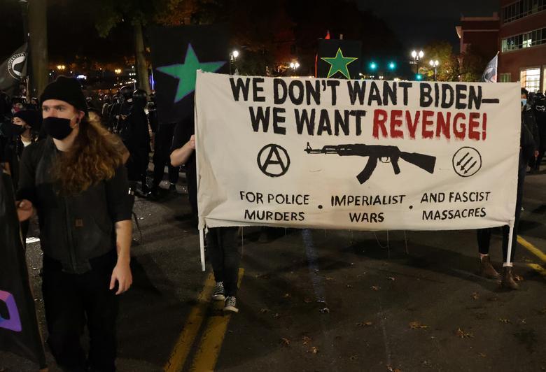 Göstericiler, 4 Kasım 2020, Portland, Oregon'daki Seçim Günü'nün ertesi günü bir protesto sırasında pankart taşıyorlar. REUTERS / Goran Tomasevic
