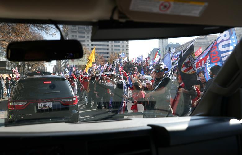 Başkan Donald Trump'ın destekçileri, 14 Kasım'da Beyaz Saray yakınlarındaki Freedom Plaza'da başkanlık konvoyunun yanında tezahürat yaptı. REUTERS / Tom Brenner