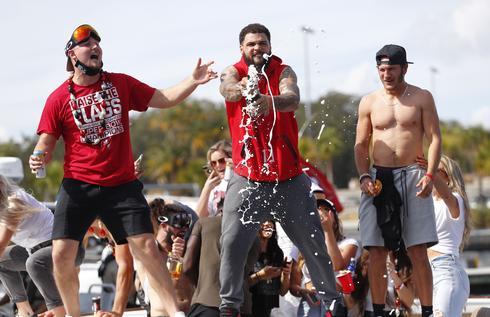 Tampa celebrates Super Bowl win on water