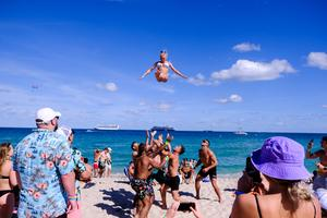 Spring breakers flock to Florida despite COVID risks