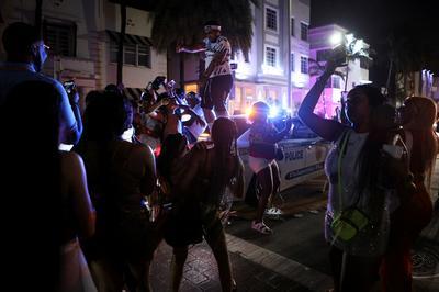 Miami Beach police clash with spring break crowds to enforce emergency COVID curfew