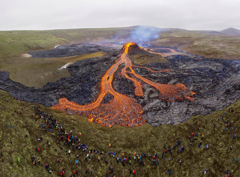 Вид на вулканический объект на полуострове Рейкьянес в Исландии, 21 марта 2021 года. REUTERS / Cat Gundry-Beck