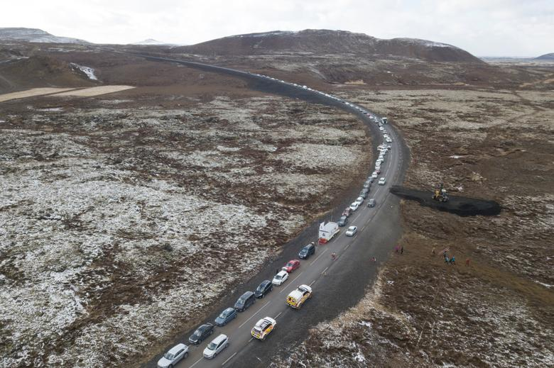 Люди отправляются к вулканическому месту на полуострове Рейкьянес после недавнего извержения в Исландии 26 марта 2021 года. REUTERS / Cat Gundry-Beck