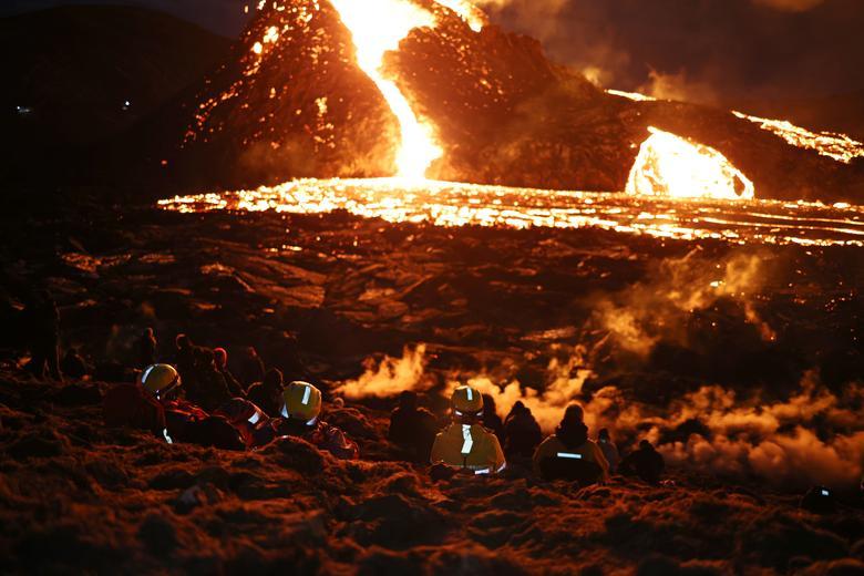 Люди посещают вулканическое место на полуострове Рейкьянес после недавнего извержения в Исландии 26 марта 2021 года. REUTERS / Cat Gundry-Beck