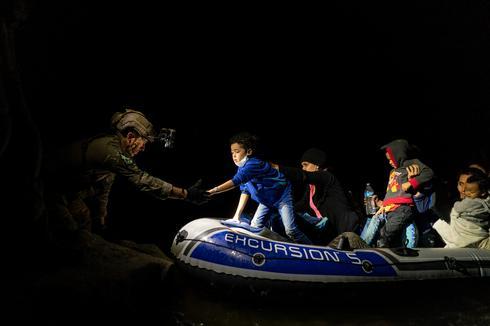 Migrants cross Rio Grande under cover of night