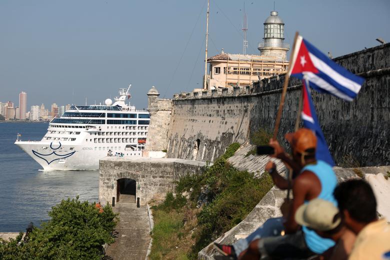 Das US-amerikanische Carnival-Kreuzfahrtschiff Adonia läuft in der Bucht von Havanna ein. Es ist das erste Kreuzfahrtschiff, das seit der Revolution von 1959 zwischen den Vereinigten Staaten und Kuba verkehrt, Mai 2016. | Bildquelle: REUTERS | Bilder sind in der Regel urheberrechtlich geschützt