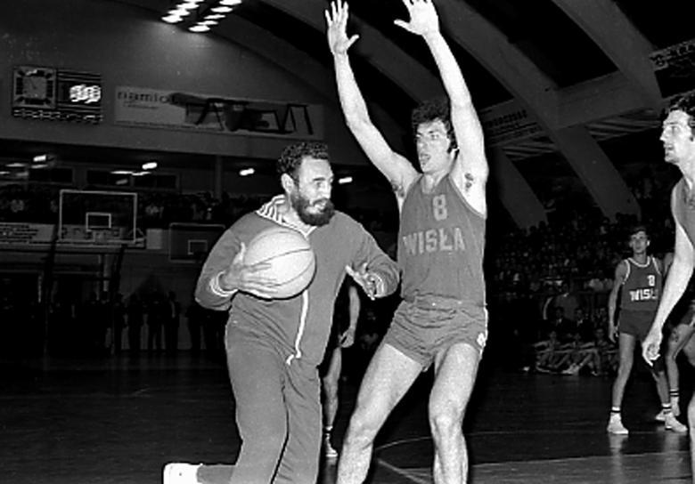 Fidel Castro spielt Basketball mit Universitätsstudenten in Krakau, Polen, Juni 1972. | Bildquelle: REUTERS | Bilder sind in der Regel urheberrechtlich geschützt