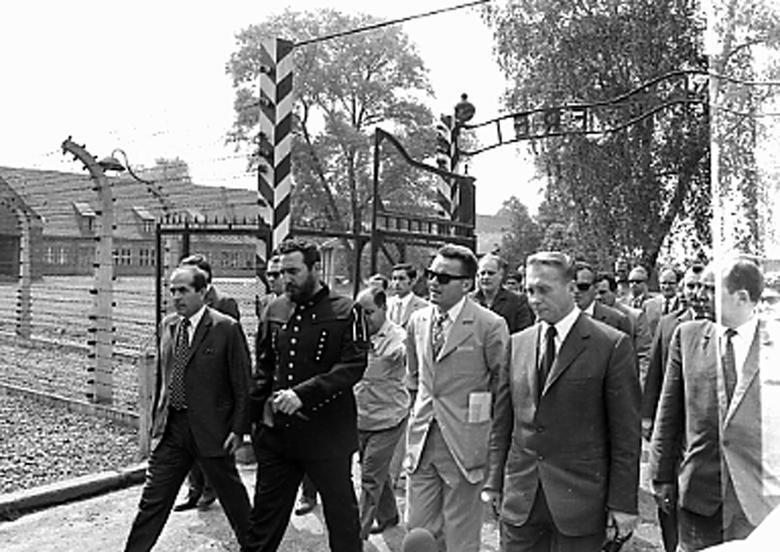 Fidel Castro besucht ein ehemaliges Konzentrationslager in Oswiencin, Polen, Juni 1972. | Bildquelle: REUTERS | Bilder sind in der Regel urheberrechtlich geschützt