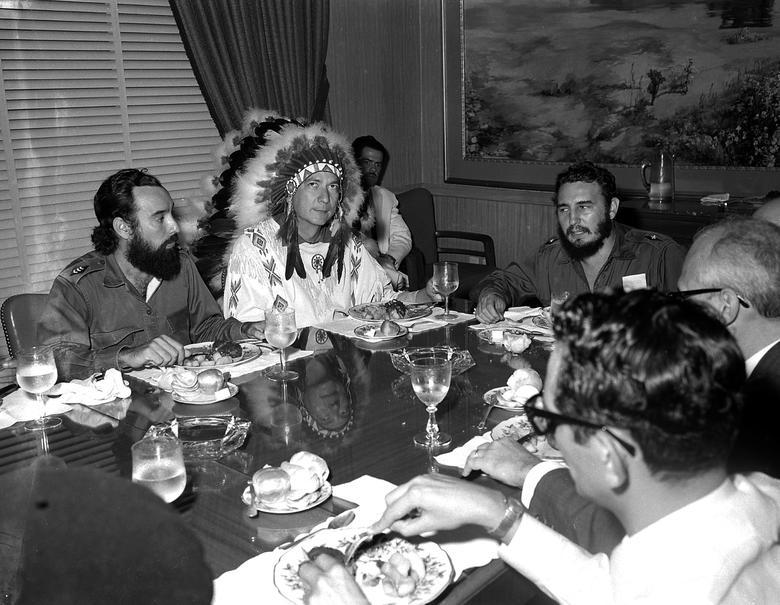 Fidel Castro trifft sich mit Reverend W.A.Raifford (2.v.l.), Häuptling der White Birds von den Creek-Indianern in Havanna, Juli 1959. Raifford gab Castro den Namen Spiheechie Meeko (Großer Kriegerhäuptling). | Bildquelle: REUTERS | Bilder sind in der Regel urheberrechtlich geschützt