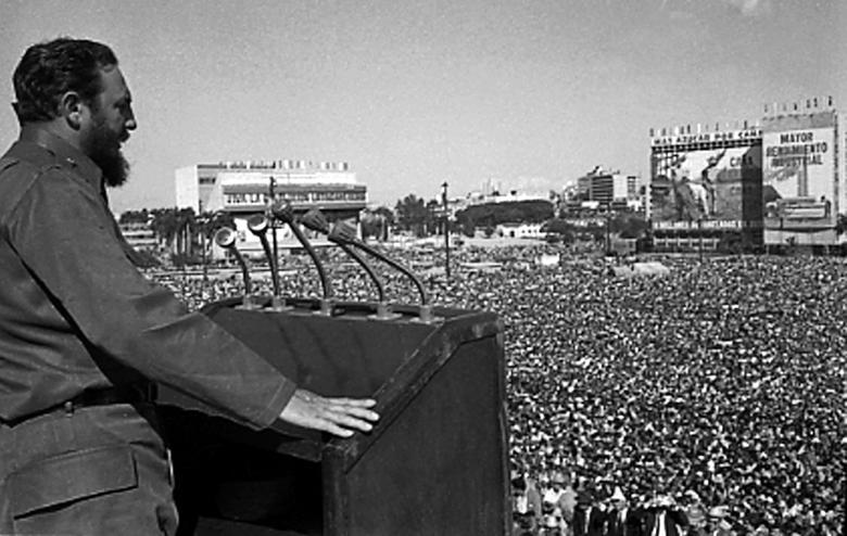 Fidel Castro spricht zur Menge während einer Veranstaltung auf dem Platz der Revolution in Havanna. | Bildquelle: REUTERS | Bilder sind in der Regel urheberrechtlich geschützt