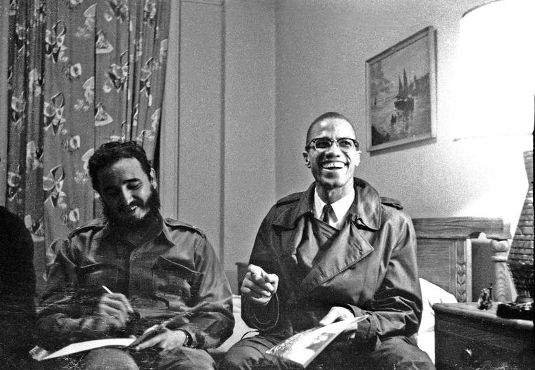 Fidel Castro teilt ein Lachen mit Malcolm X im Hotel Theresa in New York, Oktober 1960. | Bildquelle: REUTERS | Bilder sind in der Regel urheberrechtlich geschützt