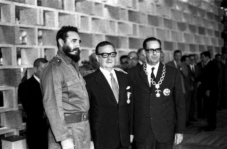 Fidel Castro, Chiles Präsident Salvador Allende und Kubas Präsident Osvaldo Dorticos während eines Empfangs für Allende im Palast der Revolution in Havanna, Dezember 1972 (v. l. n. r.). | Bildquelle: REUTERS | Bilder sind in der Regel urheberrechtlich geschützt