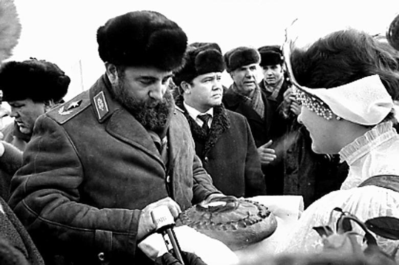 Fidel Castro bricht ein Stück Brot, das ihm vor dem XXVI. Kongress der Kommunistischen Partei der Sowjetunion angeboten wird, außerhalb von Moskau, Februar 1981. | Bildquelle: REUTERS | Bilder sind in der Regel urheberrechtlich geschützt