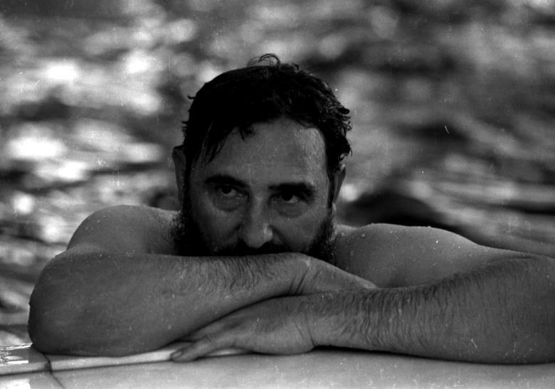 Fidel Castro entspannt sich in einem Schwimmbad während eines Besuchs in Rumänien, Mai 1972. | Bildquelle: REUTERS | Bilder sind in der Regel urheberrechtlich geschützt