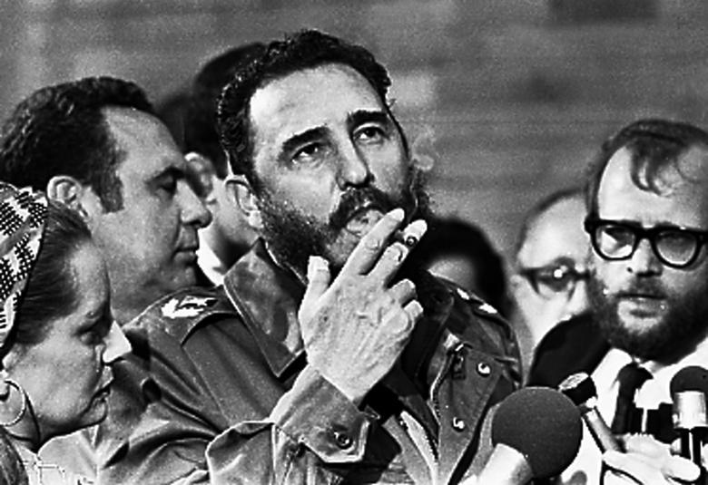 Fidel Castro raucht eine Zigarre bei Interviews mit der Presse in Havanna während eines Besuchs von US-Senator George McGovern im Mai 1975. REUTERS/Prensa Latina | Bildquelle: REUTERS | Bilder sind in der Regel urheberrechtlich geschützt