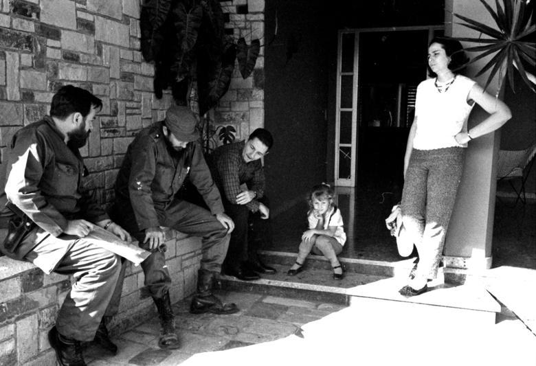 Manuel Pineiro, Fidel Castro, Raul Castro, ein nicht identifiziertes Mädchen und Vilma Espin zusammen in Havanna (v. l. n. r.) | Bildquelle: REUTERS | Bilder sind in der Regel urheberrechtlich geschützt