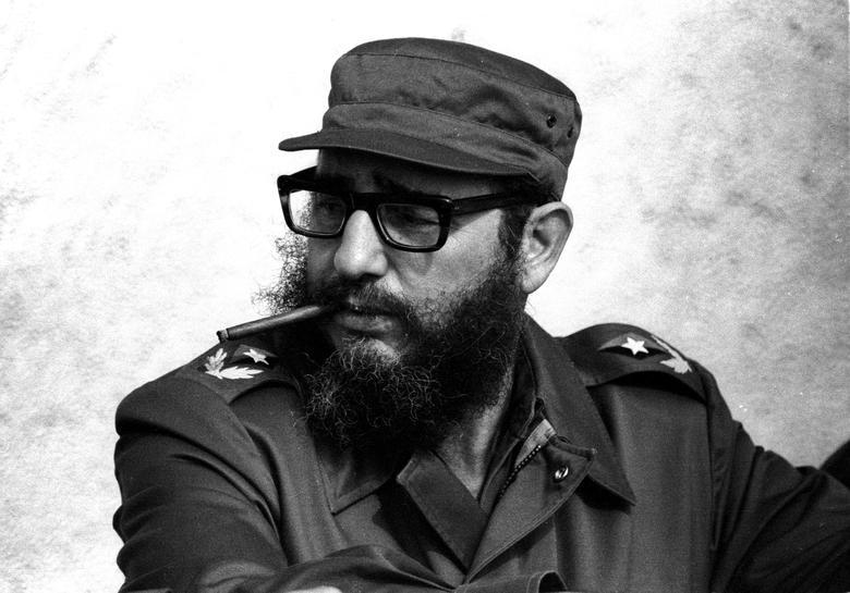 Fidel Castro nimmt an Manövern während des 20. Jahrestages seiner Ankunft und der seiner Mitrevolutionäre auf der Jacht Granma teil, November 1976. | Bildquelle: REUTERS | Bilder sind in der Regel urheberrechtlich geschützt