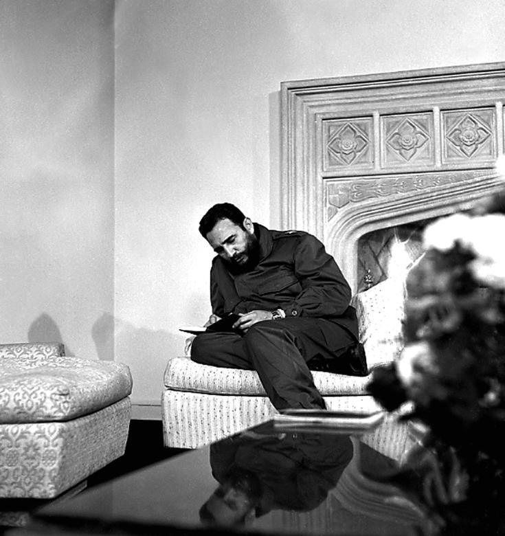 Fidel Castro bereitet sich auf ein Interview mit Channel 7 aus Chile in der chilenischen Botschaft in Havanna vor, 1971. | Bildquelle: REUTERS | Bilder sind in der Regel urheberrechtlich geschützt