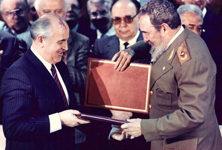 Kubas Präsident Fidel Castro und der sowjetische Führer Michail Gorbatschow tauschen Dokumente während einer Vertragsunterzeichnungszeremonie in Havanna aus, April 1989. | Bildquelle: REUTERS | Bilder sind in der Regel urheberrechtlich geschützt