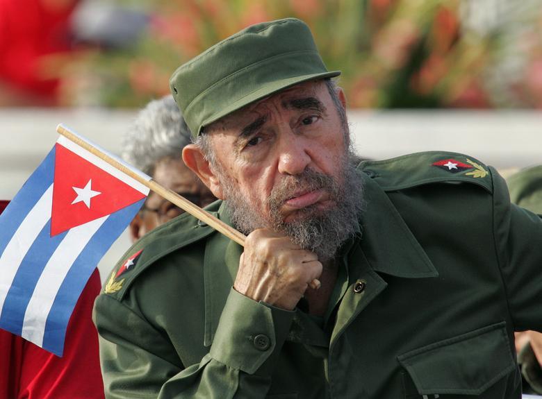 Der kubanische Präsident Fidel Castro hört einem Redner während der Parade zum 1. Mai auf dem Platz der Revolution in Havanna zu, Mai 2005. | Bildquelle: REUTERS | Bilder sind in der Regel urheberrechtlich geschützt