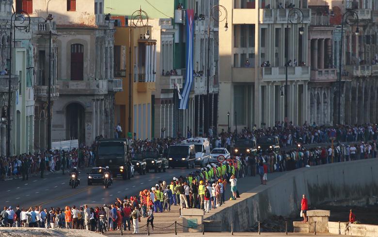 Militärfahrzeuge, die die Asche des verstorbenen kubanischen Präsidenten Fidel Castro transportieren, fahren entlang der Uferpromenade Malecon zu Beginn einer dreitägigen Reise in die östliche Stadt Santiago, Havanna, November 2016. | Bildquelle: REUTERS | Bilder sind in der Regel urheberrechtlich geschützt