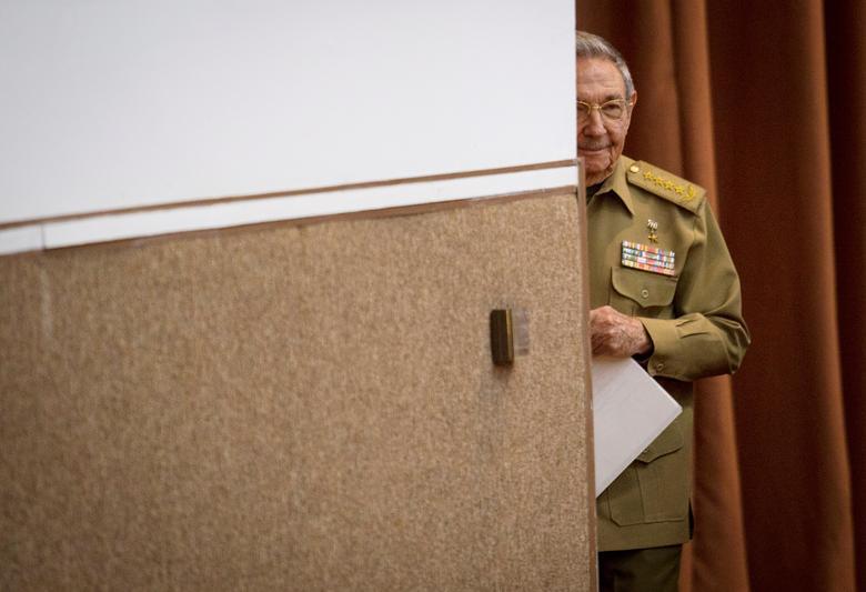 Kubas Präsident Raul Castro geht hinein, um eine Rede während der Nationalversammlung in Havanna, Kuba, Dezember 2017 zu halten. | Bildquelle: REUTERS | Bilder sind in der Regel urheberrechtlich geschützt