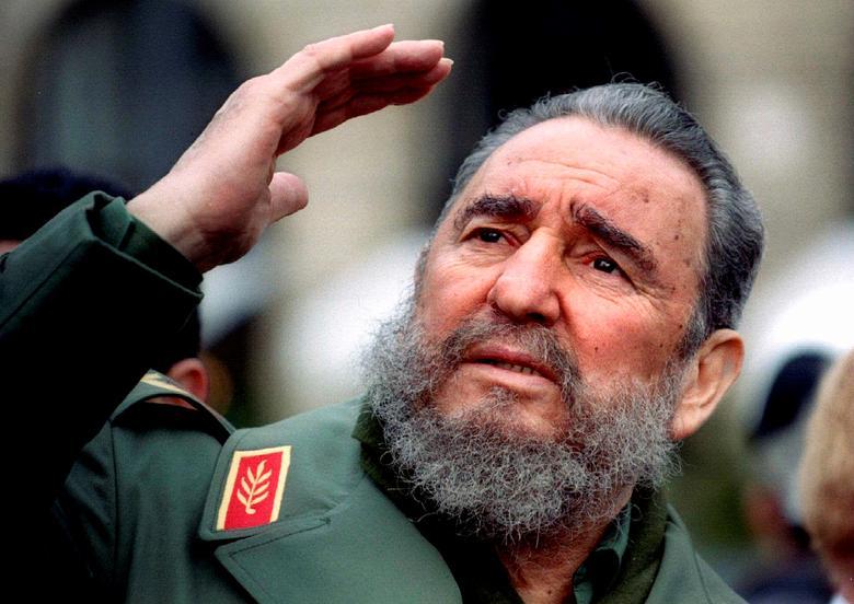 Kubas Präsident Fidel Castro gestikuliert während einer Tour durch Paris, März 1995. | Bildquelle: REUTERS | Bilder sind in der Regel urheberrechtlich geschützt