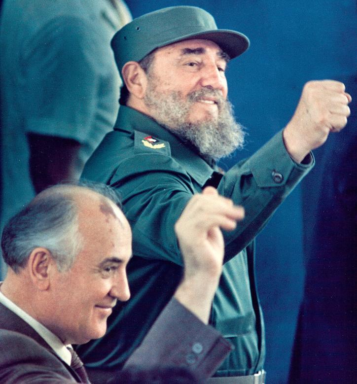 Kubas Präsident Fidel Castro und der sowjetische Führer Michail Gorbatschow gestikulieren während einer Veranstaltung in Havanna, April 1989. | Bildquelle: REUTERS | Bilder sind in der Regel urheberrechtlich geschützt