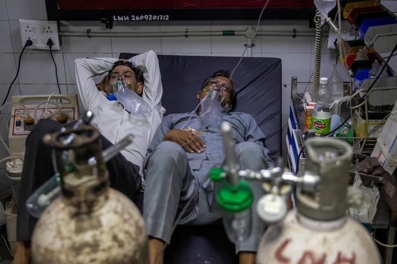 Patients suffering from the coronavirus receive treatment at the casualty ward in Lok Nayak Jai Prakash hospital in New Delhi, India, April 15. Many Indian hospitals are scrambling for beds and oxygen as COVID-19 infections surge to new daily records. REUTERS/Danish Siddiqui