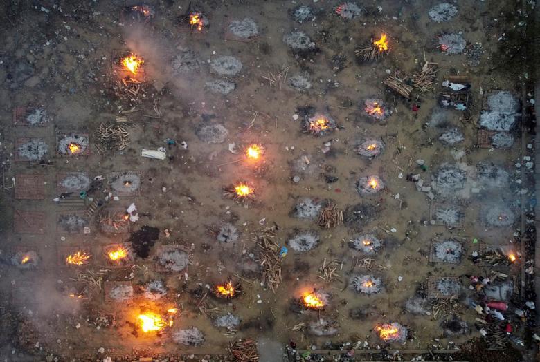 22 Nisan'da Yeni Delhi'deki bir krematoryum alanında koronavirüs nedeniyle ölen kurbanların toplu olarak yakılması. REUTERS / Danish Siddiqui