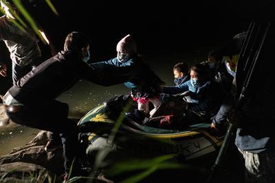 Migrants cross into U.S. under cover of night
