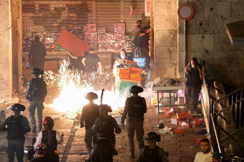Clashes and prayers in Jerusalem on Muslim holy night