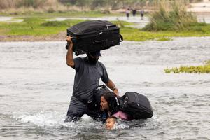 Asylum-seekers wade across Rio Grande into U.S.