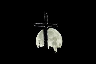 Super Strawberry Moon lights up night sky