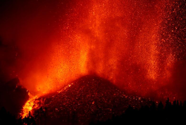 La Palma Kanarya Adası'ndaki El Paso'daki Cumbre Vieja milli parkında bir yanardağın patlamasının ardından lav yükseliyor, 19 Eylül REUTERS/Borja Suarez