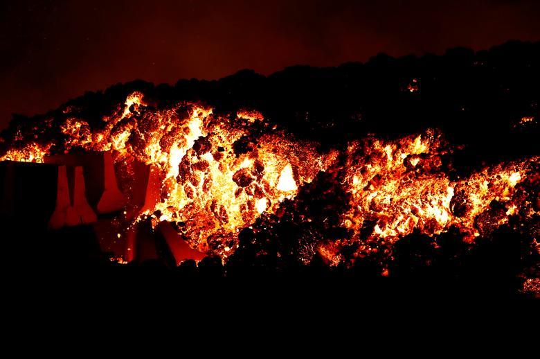 La Palma Kanarya Adası'ndaki El Paso'daki Cumbre Vieja milli parkında bir yanardağın patlamasının ardından lavlar yokuş aşağı akıyor, 19 Eylül REUTERS/Borja Suarez