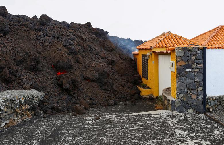 Lav, 20 Eylül 2021, La Palma'nın Kanarya Adası'ndaki Los Llanos de Aridane'deki Los Campitos yerleşim bölgesindeki Cumbre Vieja milli parkında bir yanardağın patlamasının ardından bir eve ulaştı. REUTERS/Borja Suarez